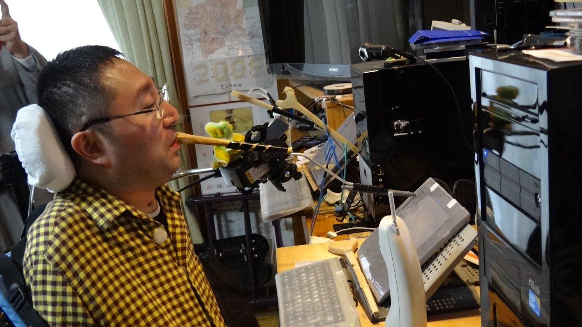 ゲーム「ランブルローズ」等で世界的に人気のあったイラストレーターの寿志郎さんが、15日未明、お亡くなりになりました。寿さんは、大学時代に交通事故で脊椎を損傷し、口に咥えたペンでPCを操作する独自の技法を開拓して創作を行っていました。 https://t.co/7QEbI4Es7e