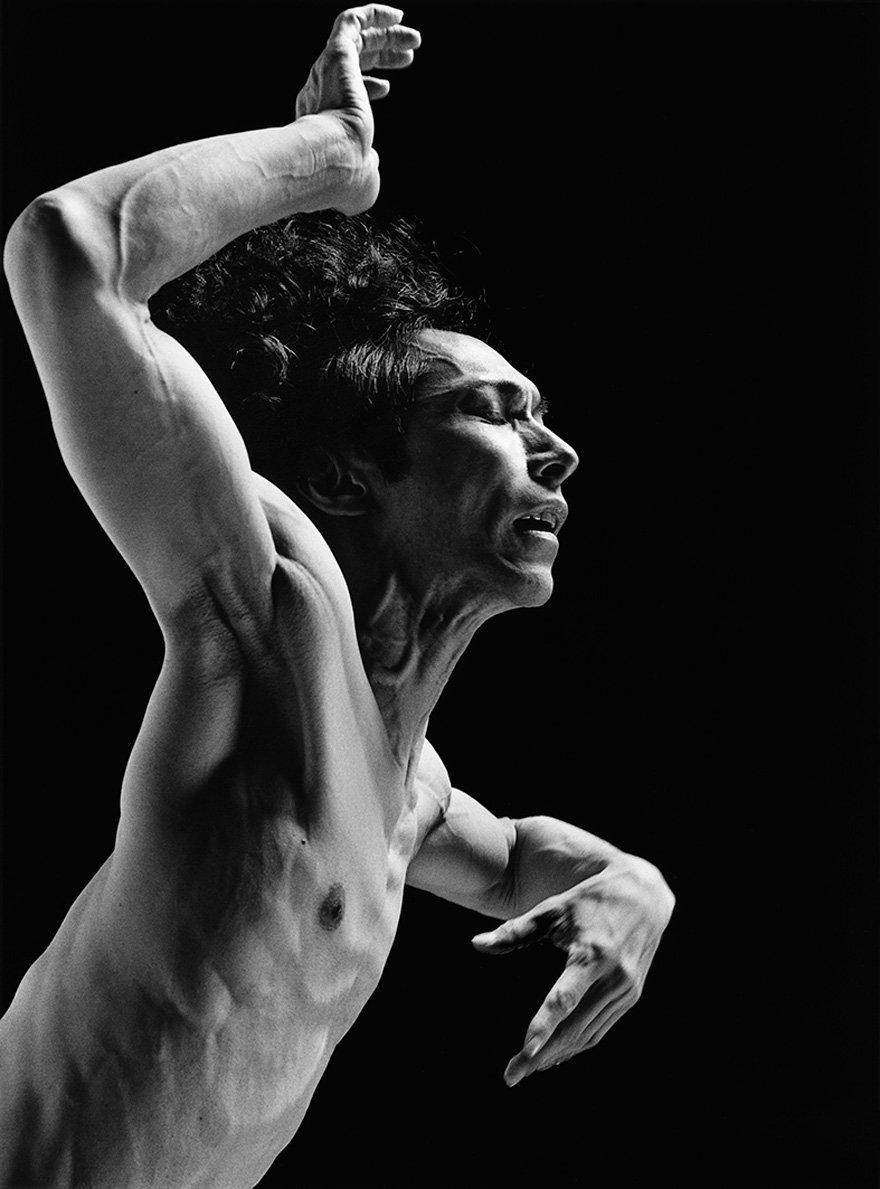 [NEWS] 幼い頃から踊ることに心身を捧げ培ったダンサー首藤康之の肉体と精神を射抜いた、操上和美による写真 『DEDICATED』 がリリース!同名の写真展も開催! https://t.co/vKIHX05h7M https://t.co/2clR5PgRmx