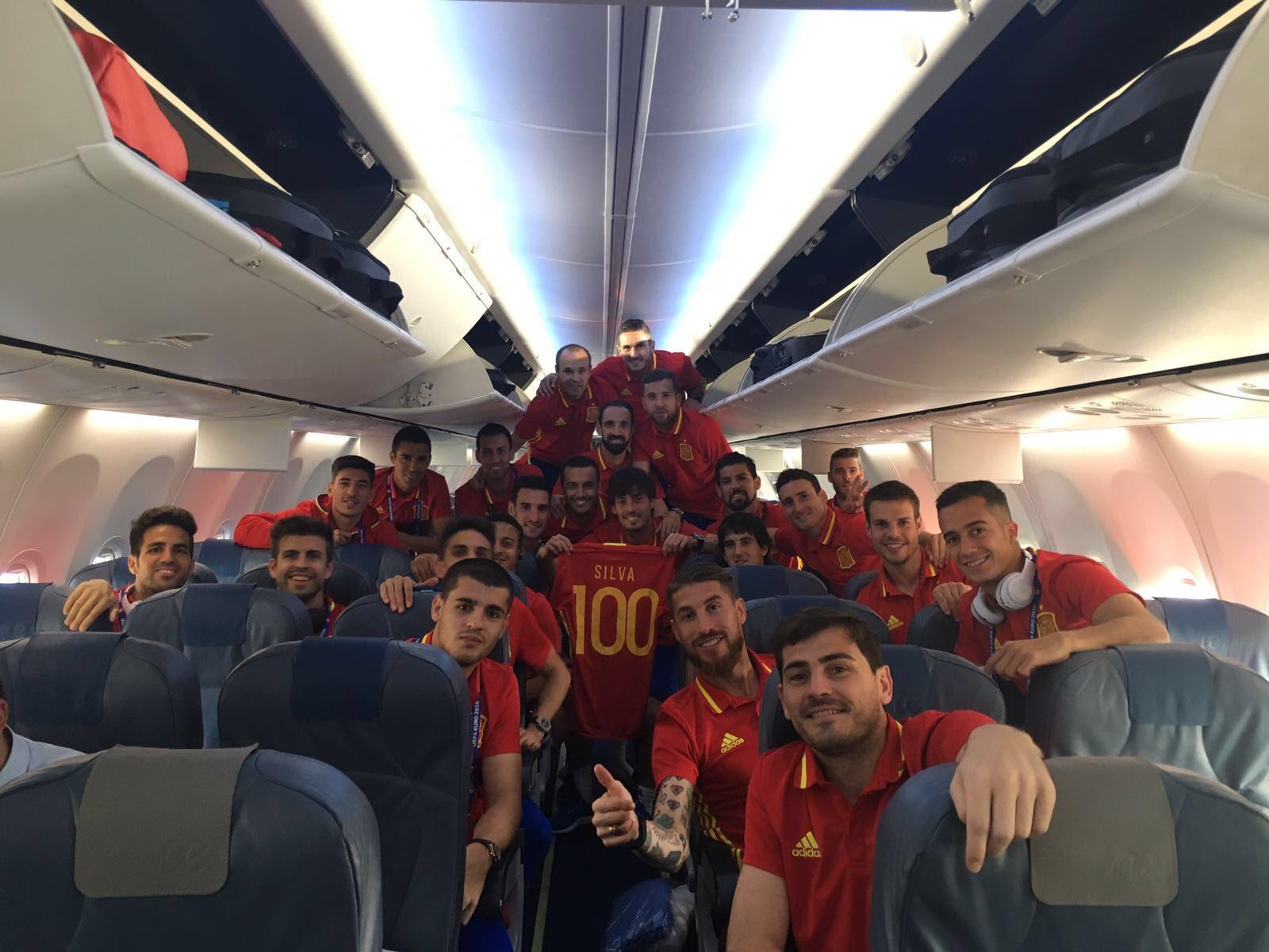 Debut en la Euro,Victoria y 100 partidos,no se puede pedir más!Gracias a todos por las felicitaciones!Viva España!���� https://t.co/kVP0IOo83z