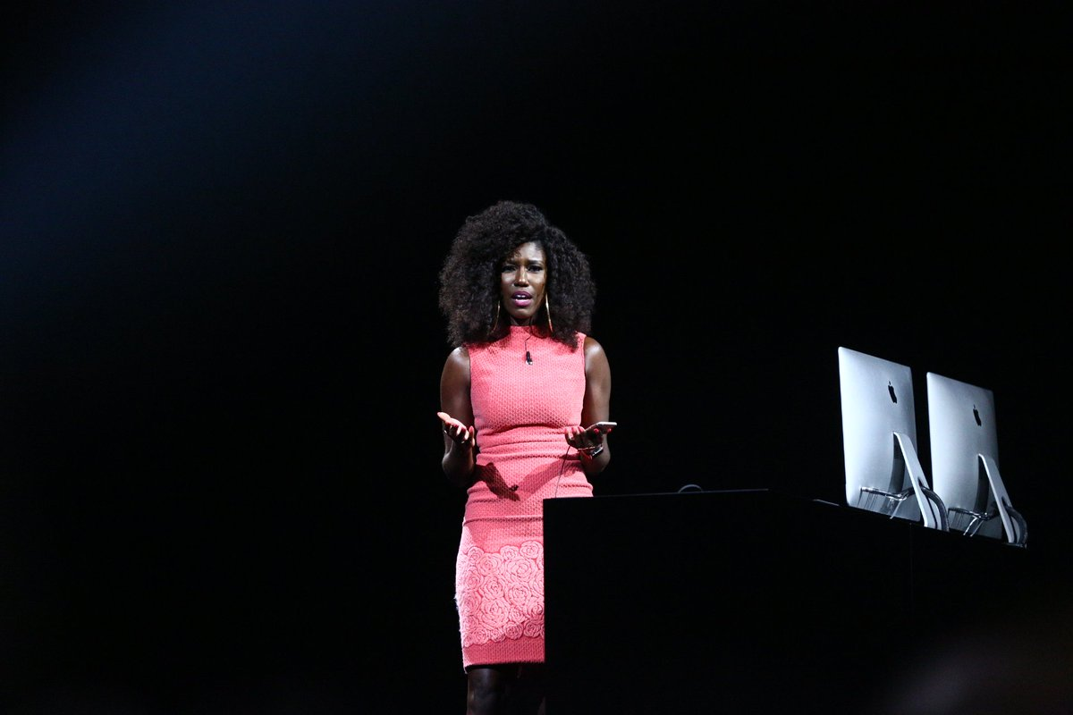 A woman of color, Bozoma Saint John, out to present Apple Music. https://t.co/jJDNL4WdI1