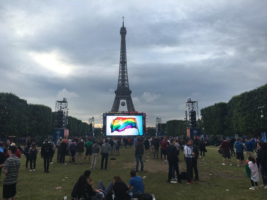 Émouvante minute de silence respectée par les supporters de l'Europe entière sur #FanZoneTourEiffel #lovewins https://t.co/cvmOW18pok