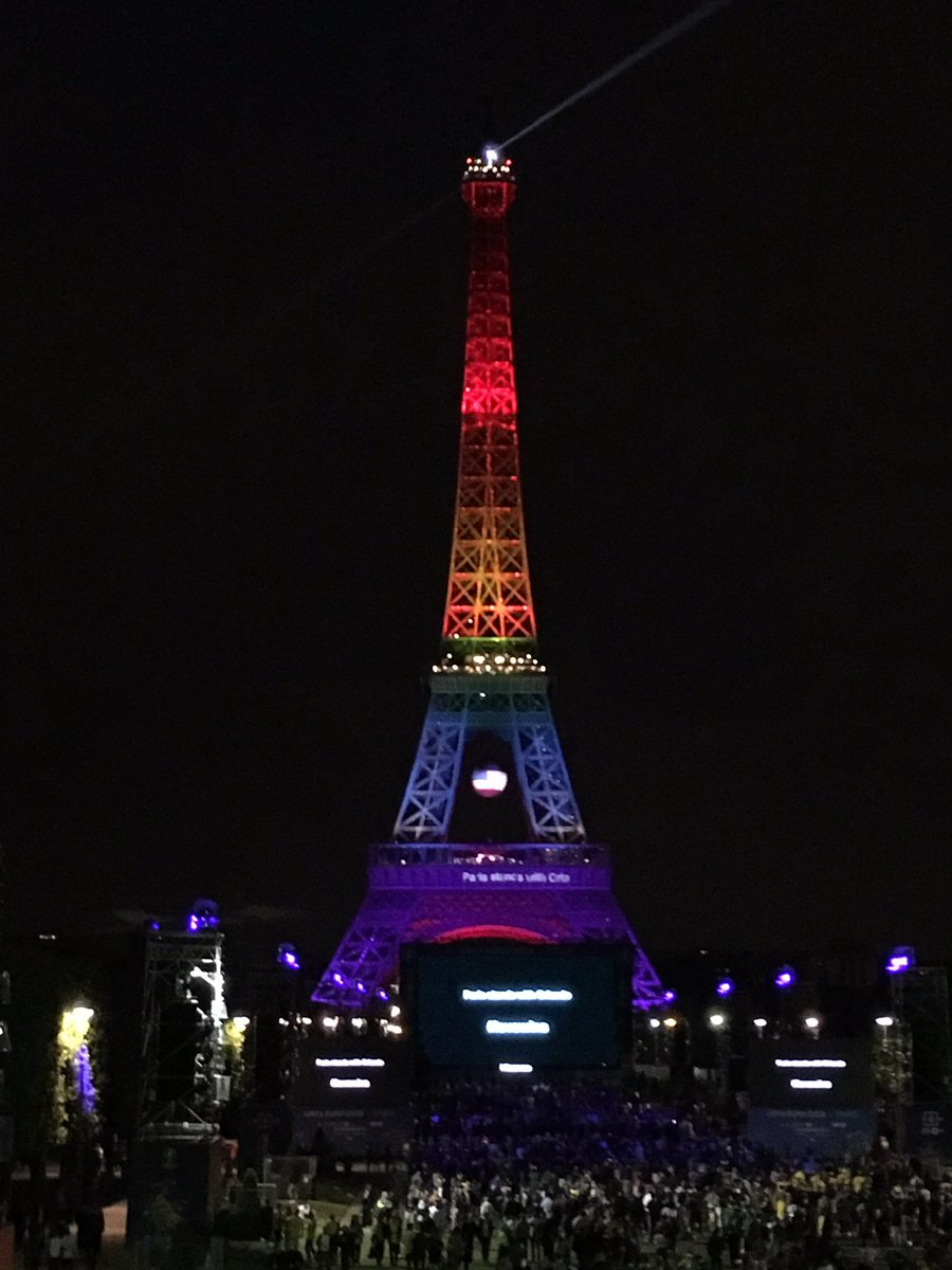 Paris stands with Orlando tonight #LoveWins https://t.co/j5K61v0lDG