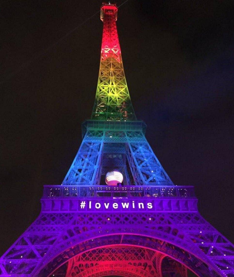 A Torre Eiffel iluminada com as cores do arco-íris em homenagem às vítimas. #PrayForOrlando https://t.co/ilybWJkqmg