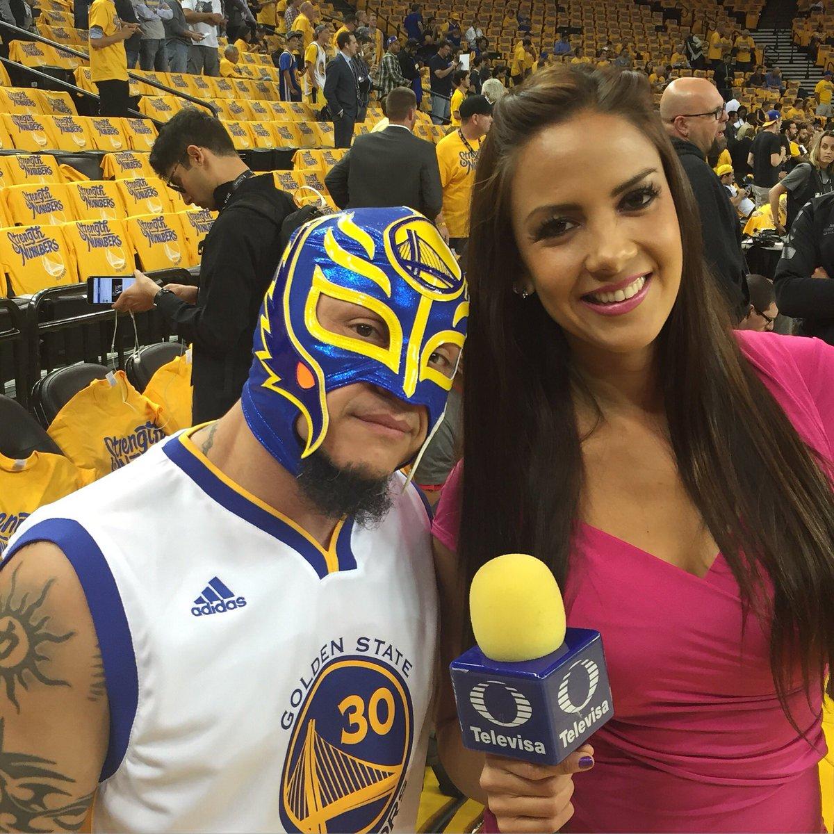 La lucha libre presente con el  Rey Misterio y su máscara personalizada de los @warriors