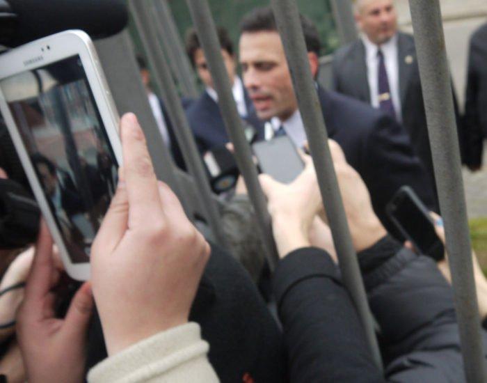 """En Argentina @hcapriles fue recibido al grito de """"Capriles golpista, no pasarán"""" Ver video https://t.co/elgXDBr7aP https://t.co/byQIBGwWuQ"""