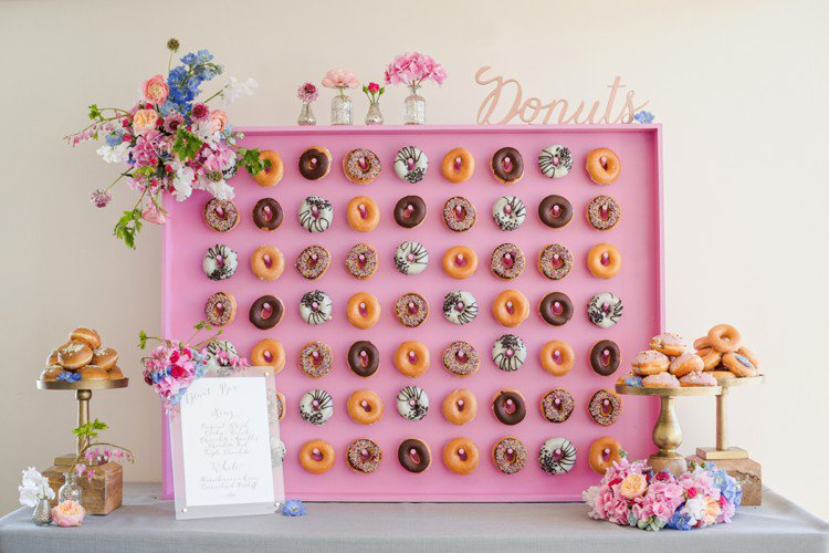 Lunchtime #Wedding Treat - Why have a doughnut stack when you can have a doughnut WALL!  Picture by @mnoo https://t.co/nkHQxYncdW