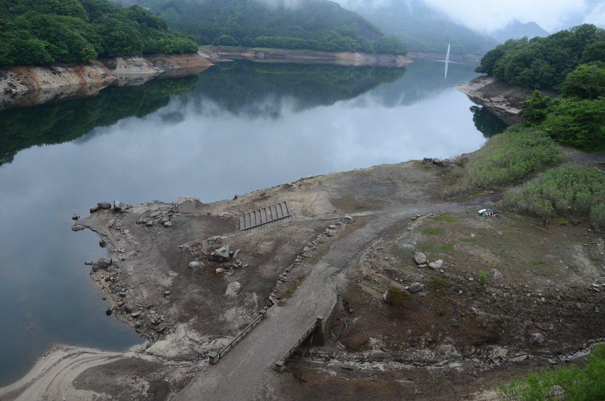利根川水系8ダムの貯水量は1億7164万トン。貯水率は37%(14日午前0時現在)。今後しばらく雨が見込めないことから、16日午前9時から10%の取水制限が始まります。写真は群馬県みどり市の「草木ダム」。湖底の廃道や橋が見えました https://t.co/mgR8Qz0Zb1