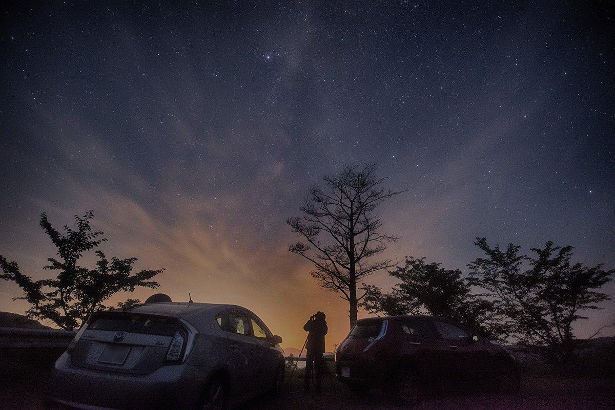 夜空を撮影中のKAGAYAさん(@KAGAYA_11949)。昨夜はお疲れ様でした。KAGAYAさんのお撮りになった、岡山の星空の作品。楽しみにお待ちしております。(。・∀・)ノ https://t.co/xpa6JUIqzi