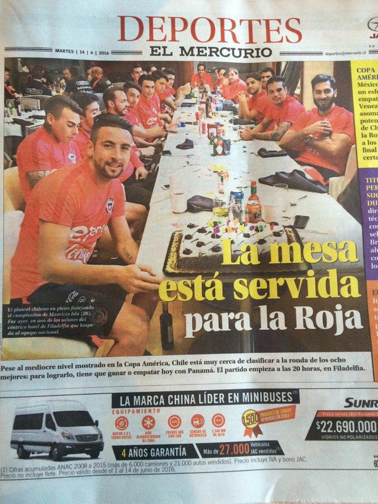 Esta foto salió publicada hoy de la selección y observen la foto en detalle la botella de vino bajo la mesa... https://t.co/ckUjFfHQfp