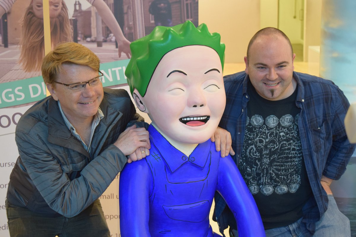 Video games legend Dave Jones signs @OWbuckettrail statue painted by #Abertay lecturer @Loakers - check @STVDundee https://t.co/Dz3cliBlPJ