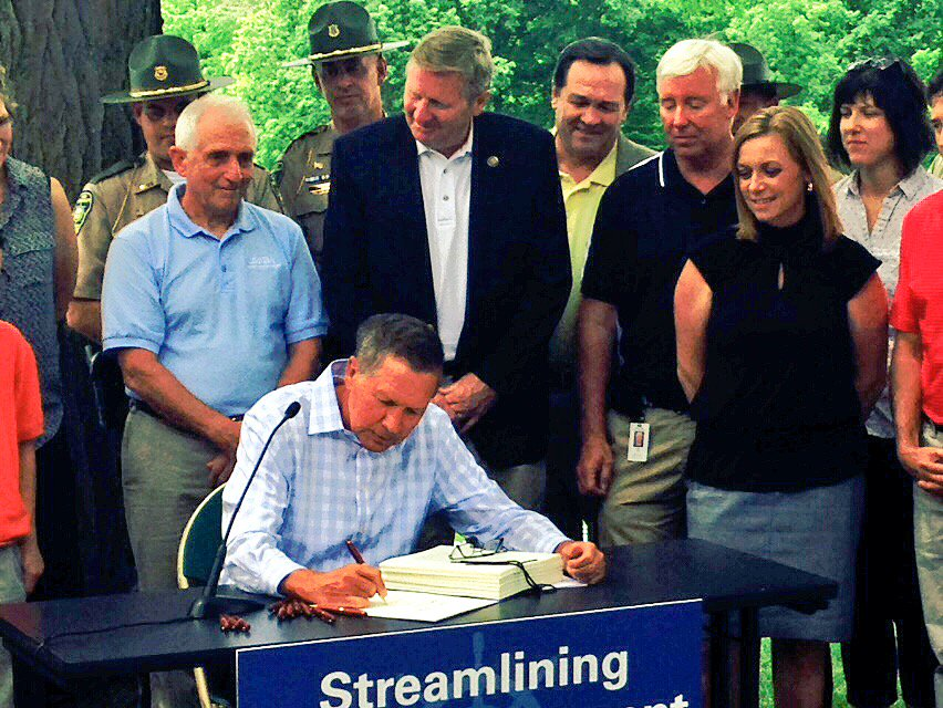 .Pen to paper, @JohnKasich has made the @OhioStateParks @OhioWatercraft merger official with the signing of SB 293 https://t.co/7hPMl2jxXl