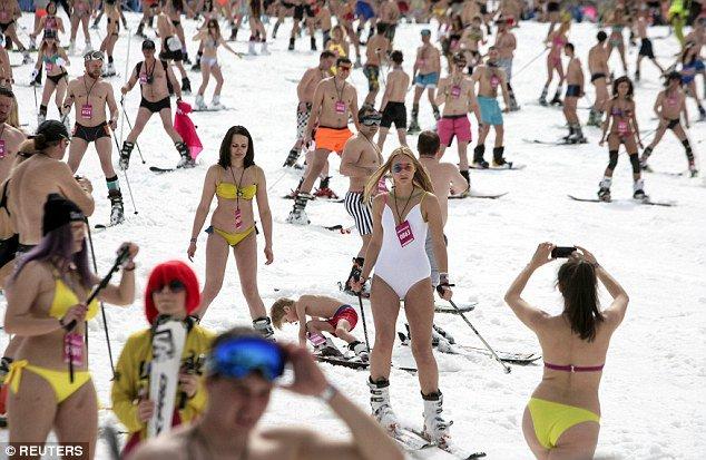 カナダ人に「なぜ君らは真冬でもTシャツ1枚なのか」と聞いたら「服着るのがめんどくさい。汗かくのがめんどくさい。汗かくぐらいなら寒い方を選ぶ」と言われ同類かよと思ったが「俺達はめんどくさいから水着でスキーする」と来てやっぱ違うと思った https://t.co/AFLvhROLGu