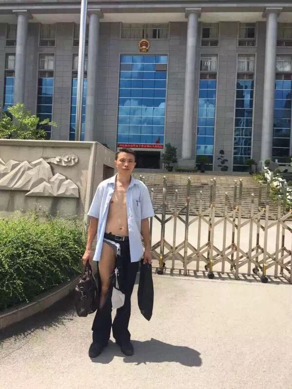 A rights lawyer went to file a case in a Guangxi court. He came out looking like this after argument with judge. https://t.co/25e85enkbE