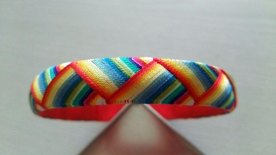リハビリと思って、ちびちび作ってたブレスレット仕上げてみた。 指ぬき作った残り糸の寄せ集めなせいか、普段の自分じゃ絶対作らないようなカラーリングでちょっと面白いw https://t.co/CiaEyIaBWs