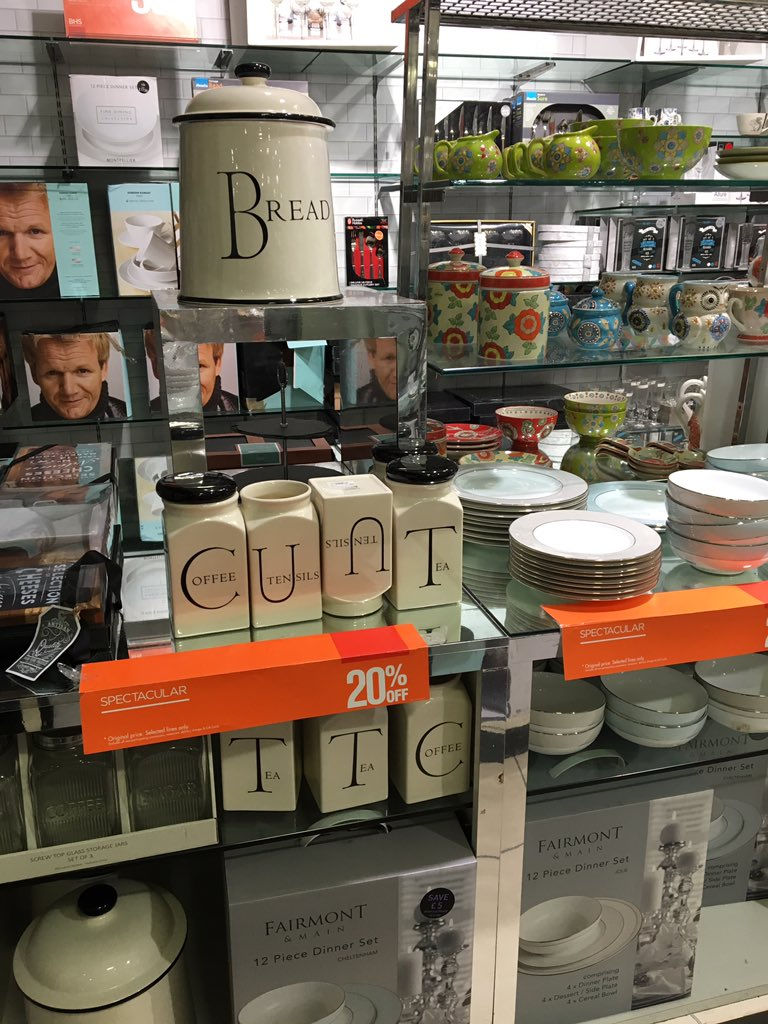Just spotted in Watford BHS. Staff sending a coded message to Sir Philip? https://t.co/UBnbb2Ab3O