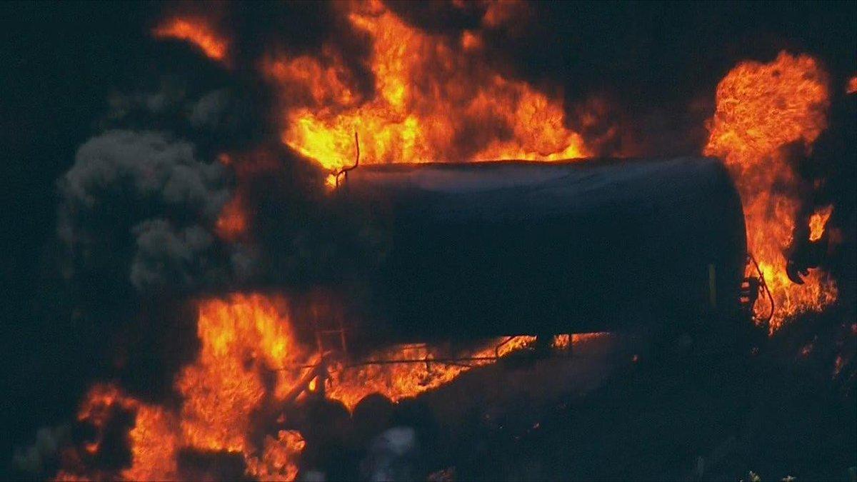 Oil train derails, catches fire in Oregon. #LiveOnKMTR https://t.co/XkNoX5m2SL https://t.co/enbZMMiwrj