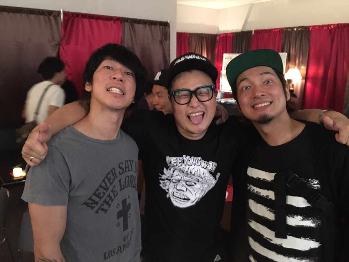 SATANIC CARNIVAL楽しかったぜよ〜☆ 声のびて気持ち良かったし、みんなのでかい声しっかり聞こえたよ♪ありがと☆ 写真は、久々に少しゆっくり話せた細美くんと、韓国の元GUMXのLee Yong Wonと☆  #サタニック https://t.co/dwvrgQmuZS