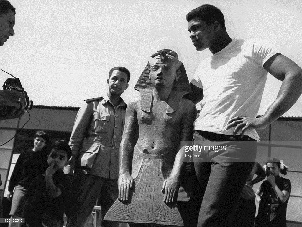 Amazing photos of Muhammad Ali visiting #Egypt in 1964, via @GettyImages (at Cheops Casino, Citadel & Giza pyramids) https://t.co/y4DIPP99ju