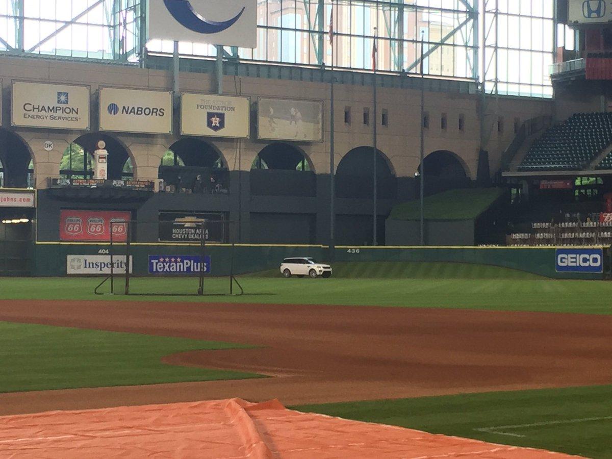 Rookie fun. Tyler White's car is in CF, thanks to Gomez & Keuchel. https://t.co/wZMuClVnnH