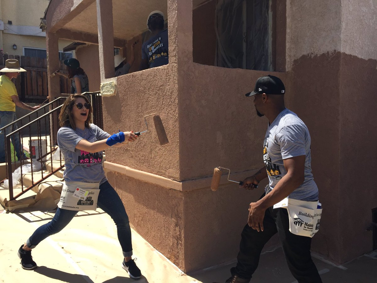 Thanks @Allisonholker & @official_tWitch for having fun & working hard at our #HollywoodBuild! #@CEOHabitatLA @Lowes https://t.co/iFdrLZQtQC