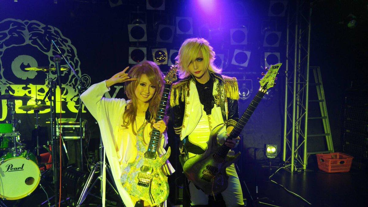 今日、偶然同じビルでライブやったMEJIBRAYのギタリストMiA君と一緒に!同じESP愛用者でカタログもお隣さんです!!! このギターめちゃくちゃカッコよすぎる!✨