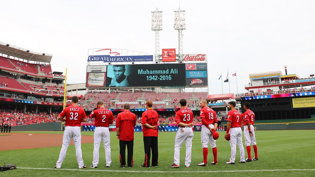 The #Reds take a moment to remember Muhammad Ali. #TheGreatest https://t.co/3atac4GqvW