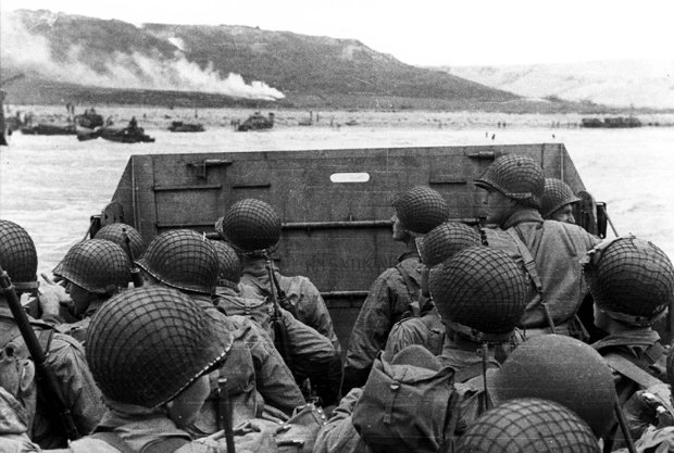 #DDay     American assault troops in a landing craft huddle behind the protective front of the craft. #USArmy https://t.co/LEgwzuvp22