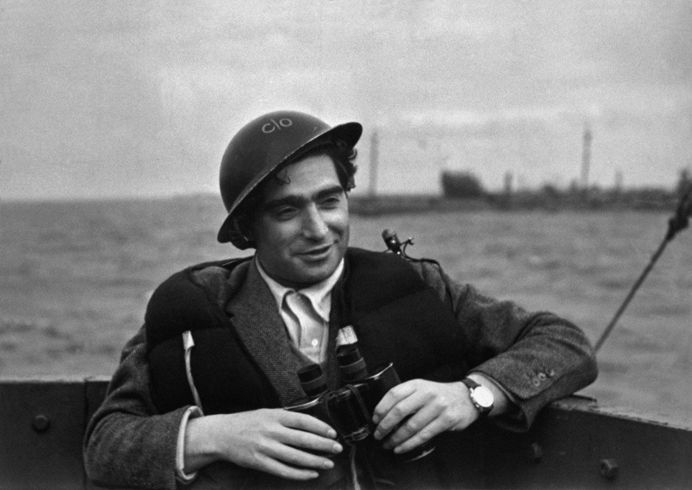 June 6, 1944 During the #DDay landing at Omaha beach, Robert Capa shot 4 rolls of 35mm film—only 11 frames survived. https://t.co/WtzbkScPJ1
