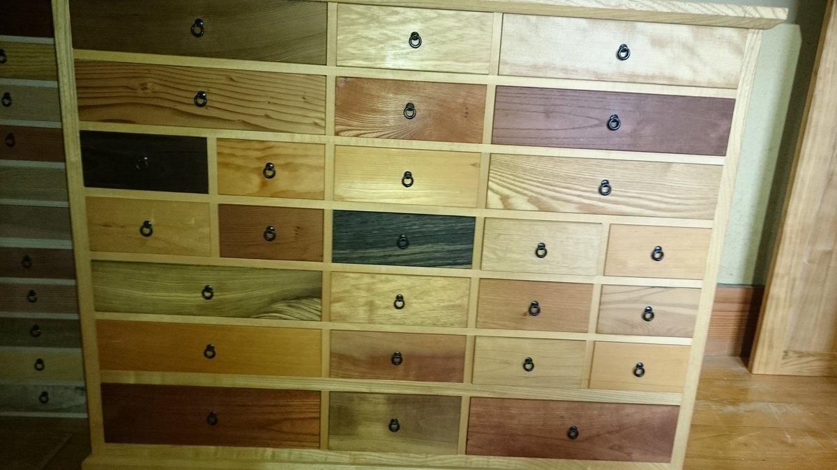 日本は白木の文化だなんて言うけど、樹種の多いこの国で産する木材は、多種多様な色を持つと改めて納得する、引き出し毎に違った木材を使った整理棚。 https://t.co/C5EPuL8bej
