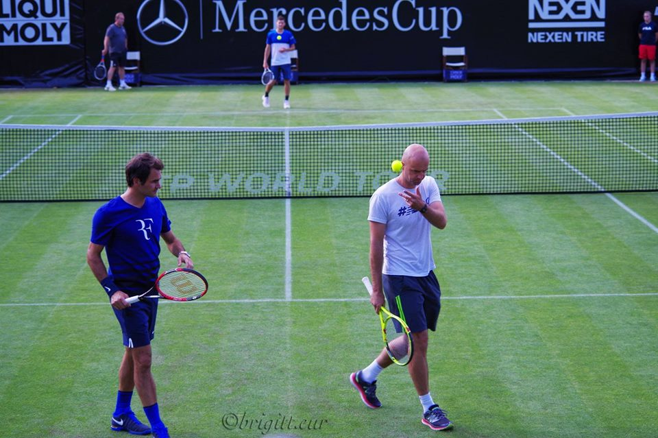Meanwhile in #Stuttgart, @rogerfederer and coach @theljubicic , practice @MercedesCup . Download #mercedescupapp https://t.co/LXMaSpVFH4