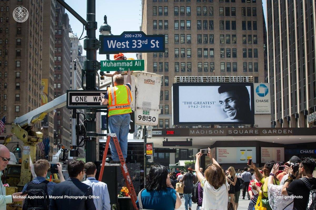En Nueva York renombraron una calle aledaña a @TheGarden #MuhammadAli. Eso y más se merece #TheGreatest @MuhammadAli https://t.co/okQHQPBk7u