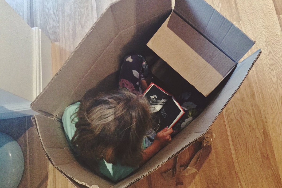 RT @ellieyah: tiny human in tiny box reading tiny stories @hitRECord @wirrow https://t.co/dog1vzCb2f