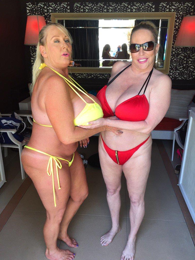 Having fun w @KaylaKleevage at TheEncore Pool https://t.co/GGnKttsa32
