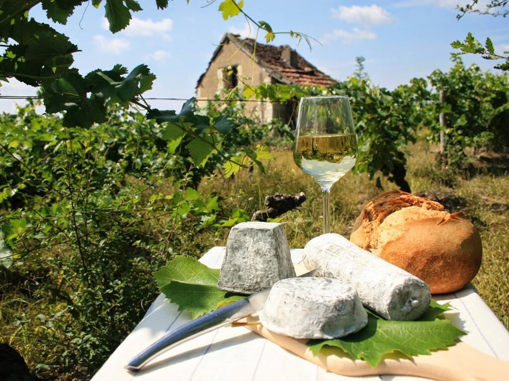 Off to the #Loire Valley for one week of local #food and #wine! #winelover https://t.co/kBaVvg8ZJB