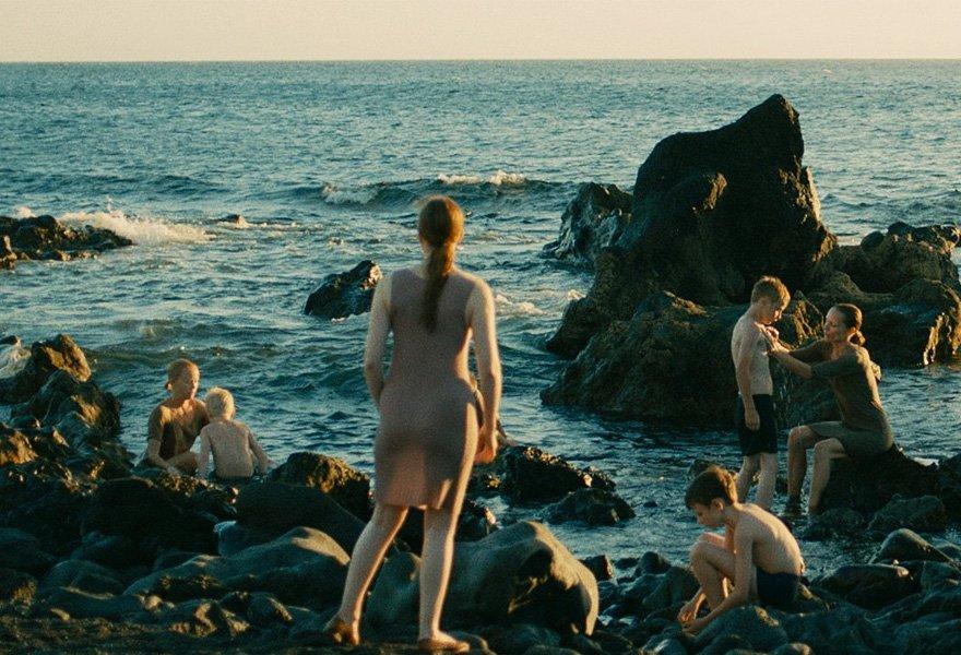 [NEWS] 少年と女性しかいない人里離れた島を舞台に美しい映像美で悪夢を描く、ルシール・アザリロヴィック監督最新作『Évolution』が、都内で行われるフランス映画祭で上映! https://t.co/UJMSByRKec https://t.co/1Mu4Pi9suz