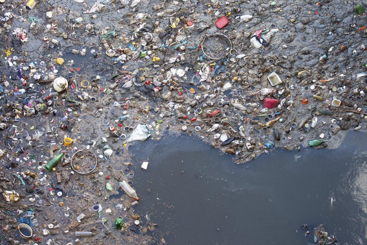 El mar actúa como 1gran vertedero. existen islas de plástico en el ...