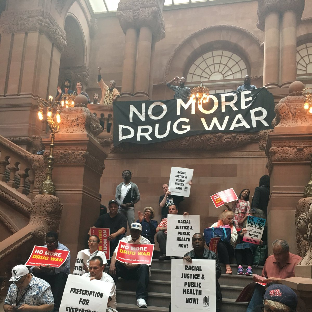 Albany never looked so good! #NoMoreDrugWar banner drop. @DPA_NY https://t.co/YrBGLqXNWQ
