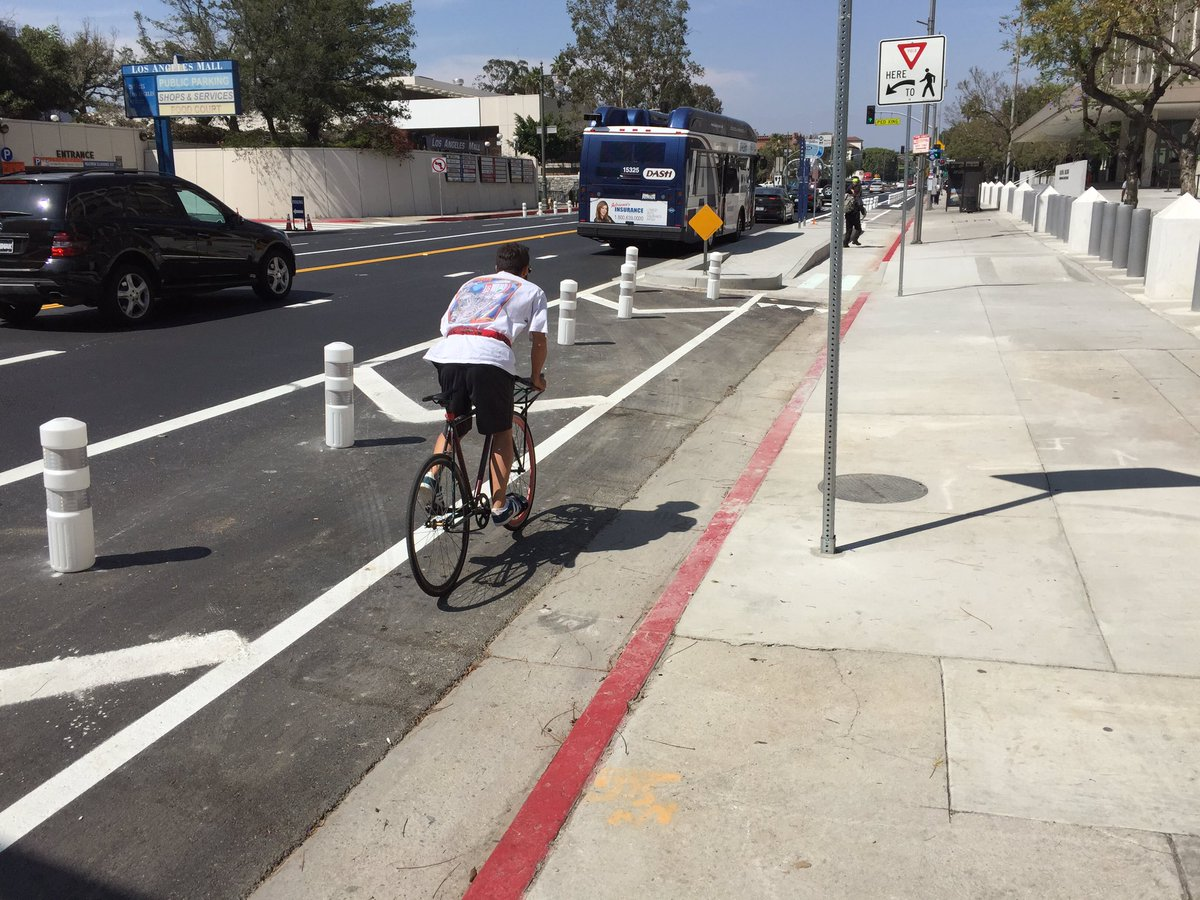 .#DTLA now has bollard protected bike lanes - with LA's first bike signals! https://t.co/IXee5OVNFs
