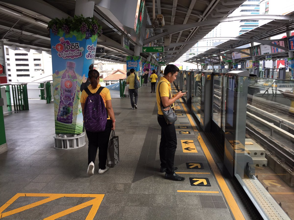 Most Bangkok commuters wearing yellow shirts today to mark 70th anniversary of King Bhumibol ascending the throne https://t.co/FFoDtvFjIg