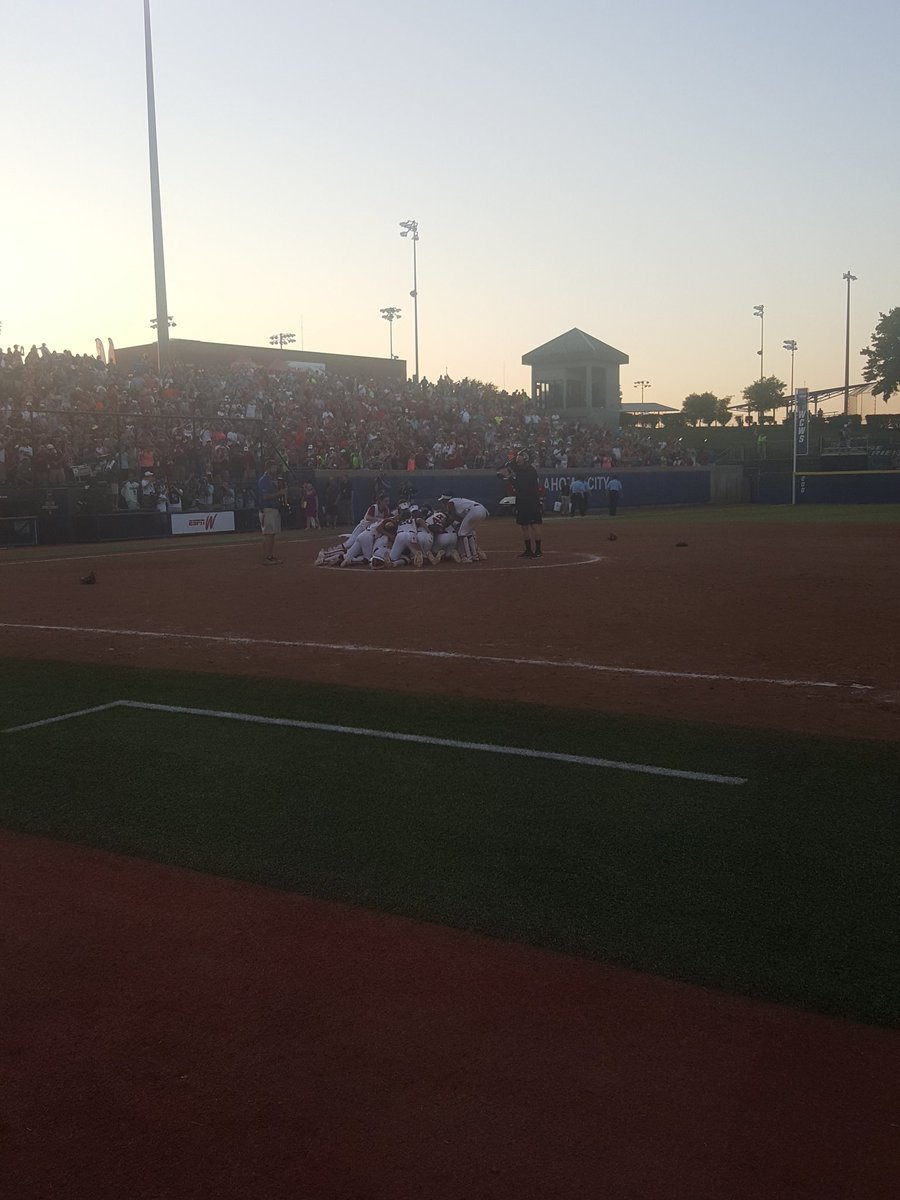 Champs! @OU_Softball wins 2-1 over the Auburn Tigers to claim their 3rd title. #Sooners https://t.co/VNuzV3mByZ