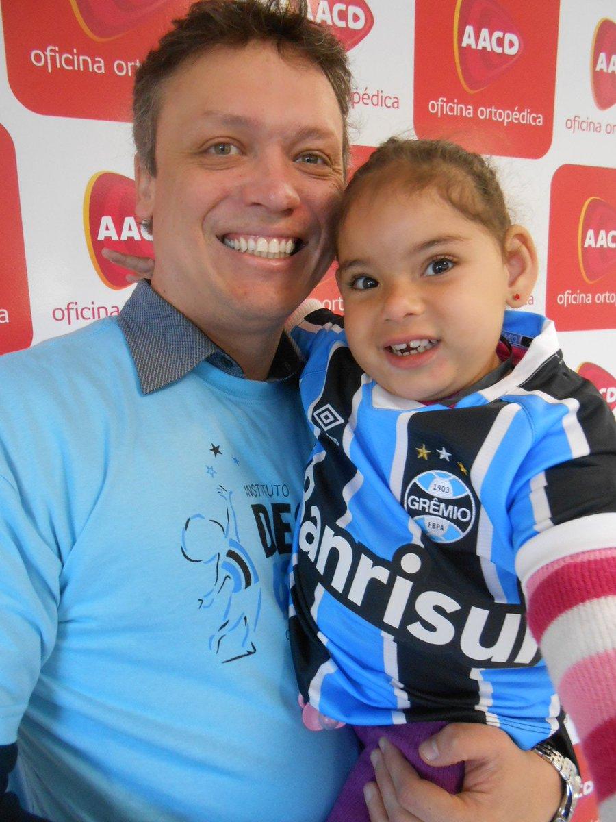 Sthefany da @AACD essa gracinha de menina gremista ganhou sua camiseta do @Gremio do voluntário @MarceloRichterM . https://t.co/FWq1kKaMi5