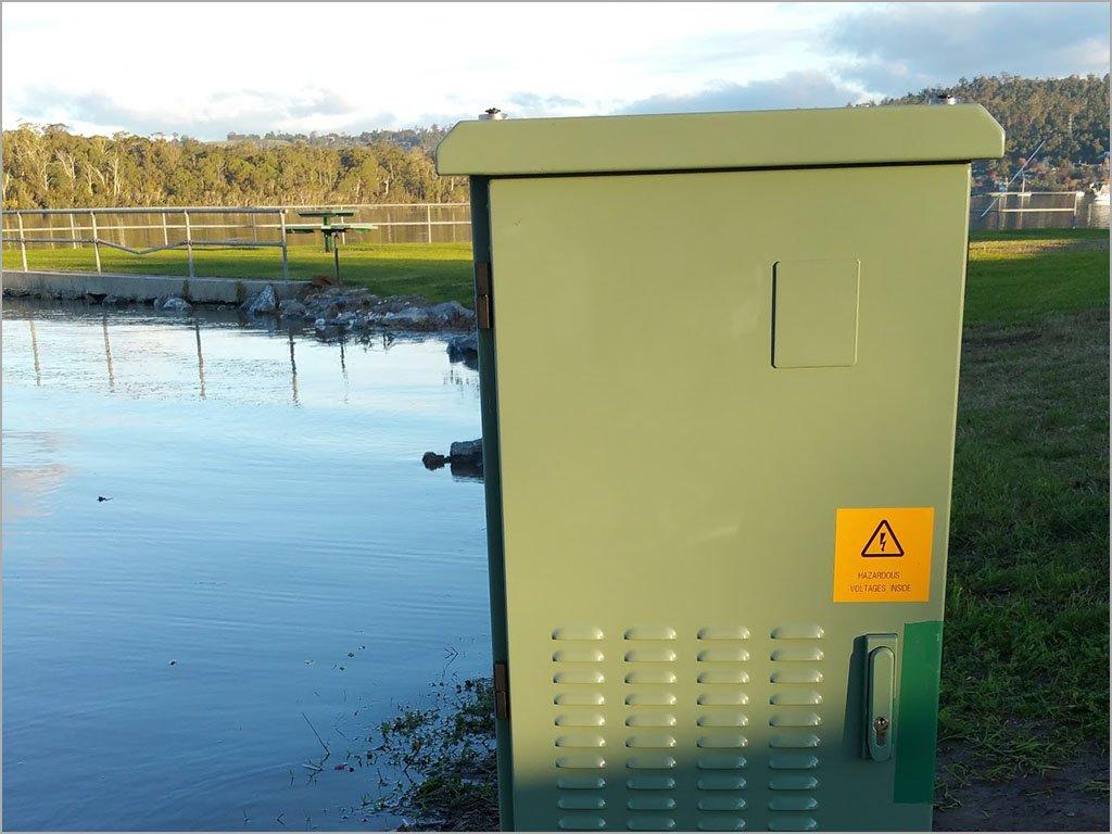Photos: NBN Co builds node on flooded riverbank: https://t.co/cJ2WWtPZtl https://t.co/P9lCf59Smv