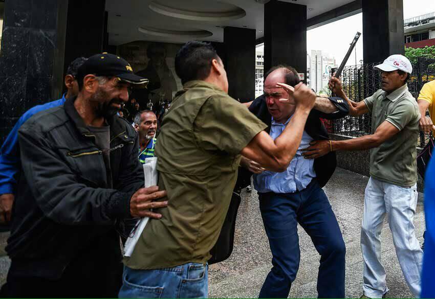 Hoy me vuelven a golpear a mí, pero a los vzlanos todos los días los golpean con violencia, escasez e inflación! https://t.co/G6L36wc6S3