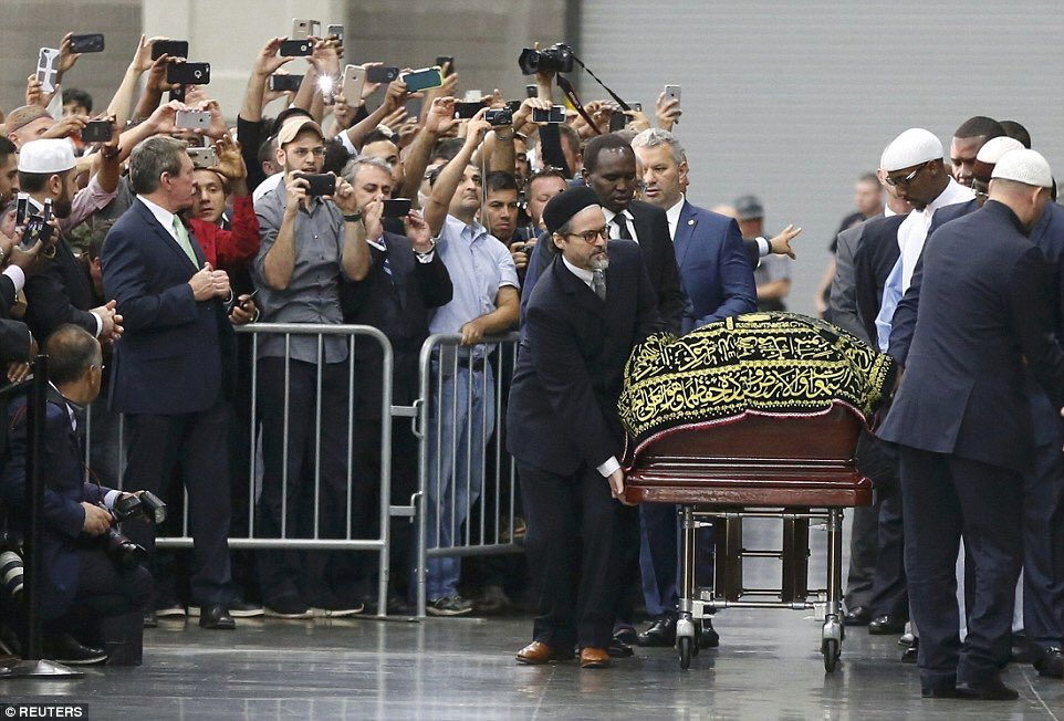 The coffin of boxing champion Muhammad Ali arrives for his Janazah, in Louisville, Kentucky. #MuhammadAli https://t.co/HPXxlVdGch