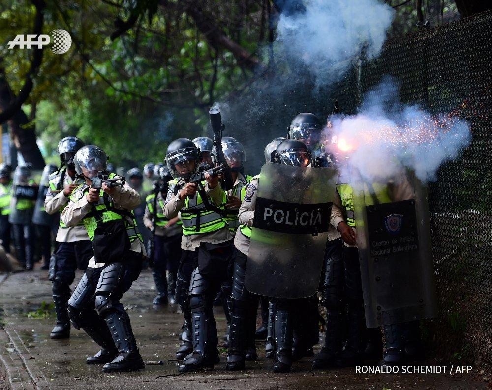 #UCV bajo asedio. Ningún gobierno/régimen/dictadura perdona tanta libertad de pensamiento en la Universidad! https://t.co/ql8oBNs6Jr