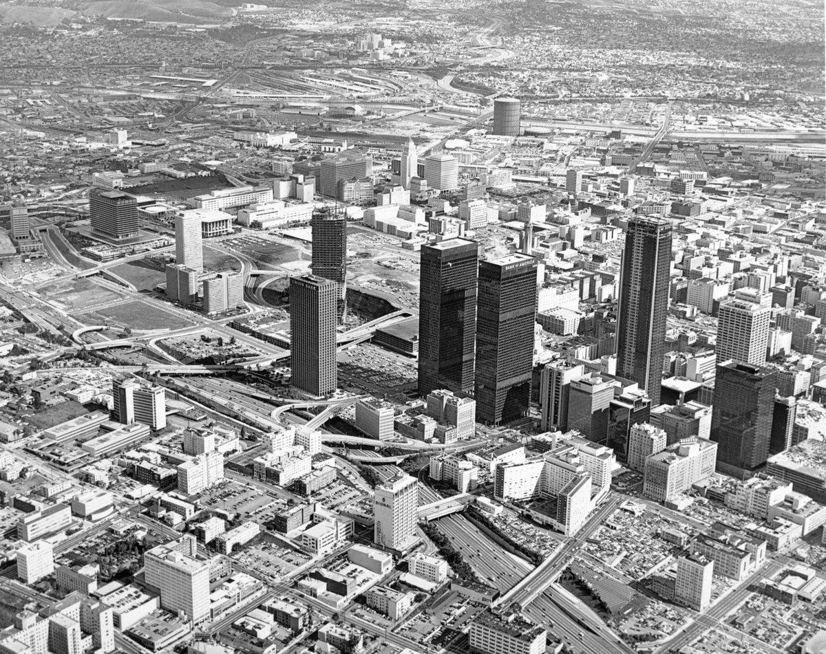 Aerial view of downtown LA in 1973, showing vacant expanses on Bunker Hill. #DTLA https://t.co/1u4pAp4u2v https://t.co/LjXkJu6tbf
