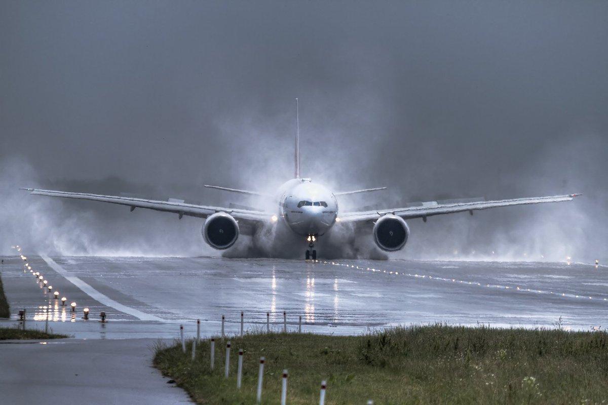 Burza nad lotniskiem daje piękne wrażenia. Fot. Marek Kwasowski #flyWAW https://t.co/7tX53GpE7x