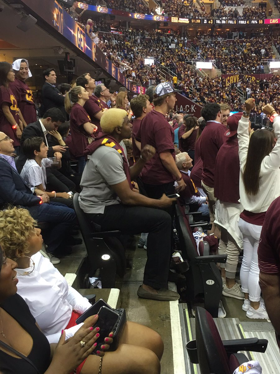 Yup. That's Andrew Bynum next to me with the Rodman hair. He doesn't exactly fit in the chair. #NBAFinals https://t.co/fCpSooTFeN