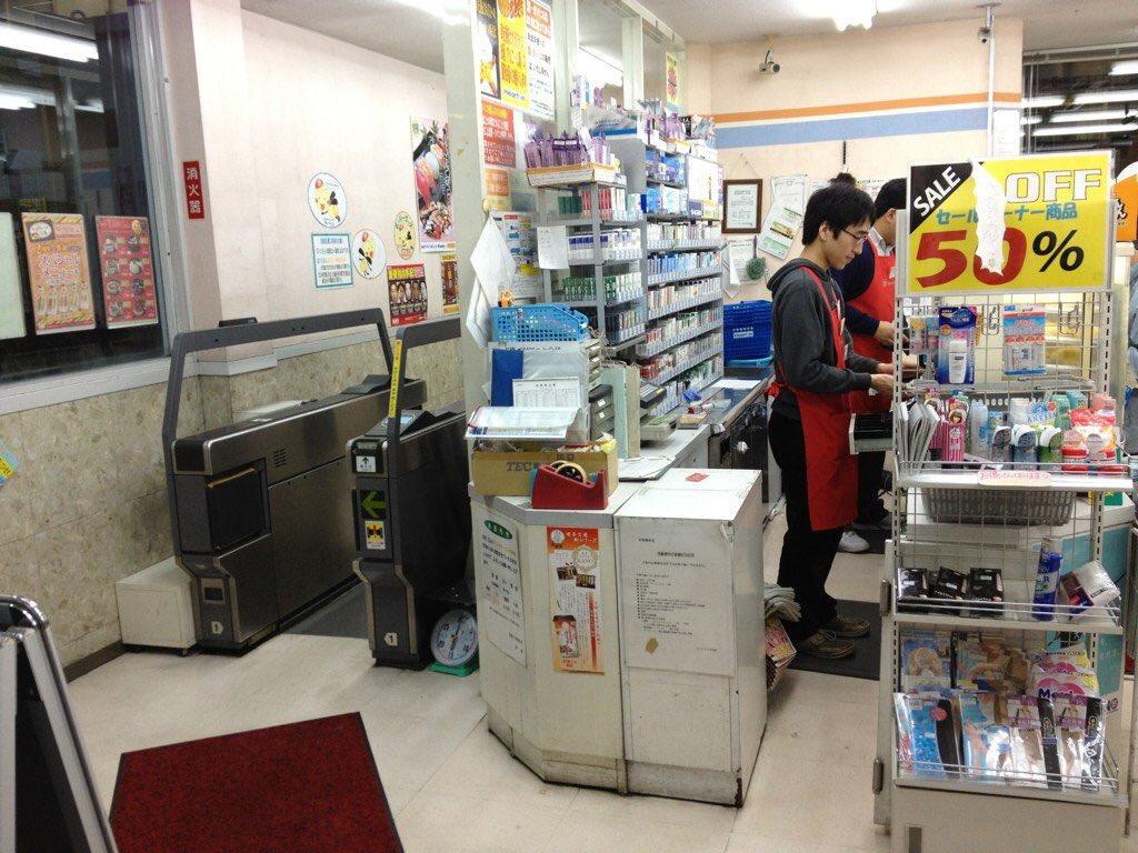@ZVRA 滋賀県の守山駅はコンビニの中に改札ありますよ( ´ ▽ ` )ノ (画像はひろいもの) https://t.co/6mWYhXFO5D