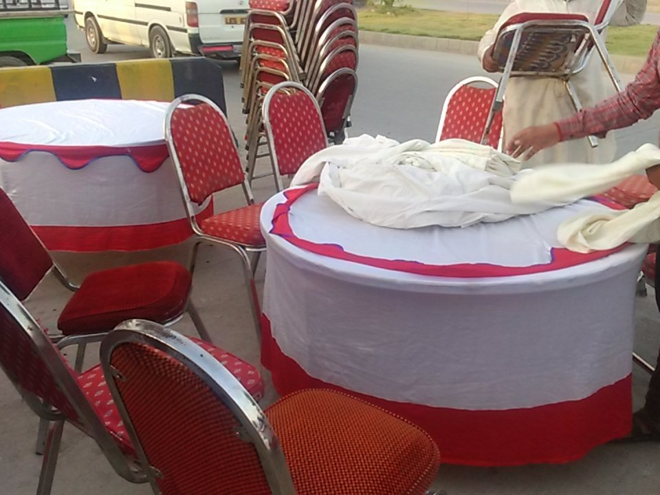 Here we are setting up tables for traffic police officers who fast while standing up for us #PoliceKaySaathIftar https://t.co/ydCVVqW0ZW